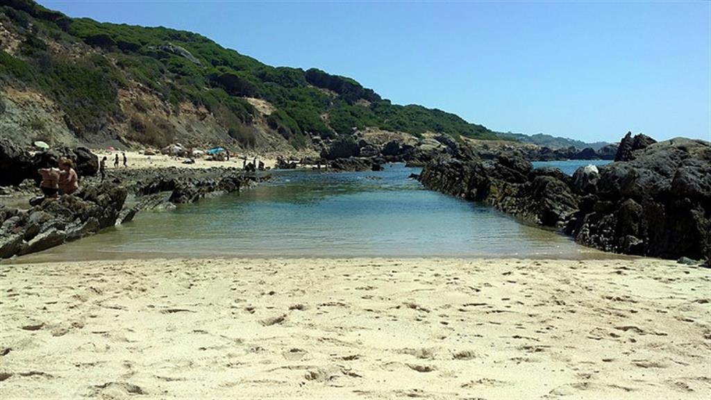 Natural pools of atlantic water at bolonia beach for Piscinas naturales cadiz